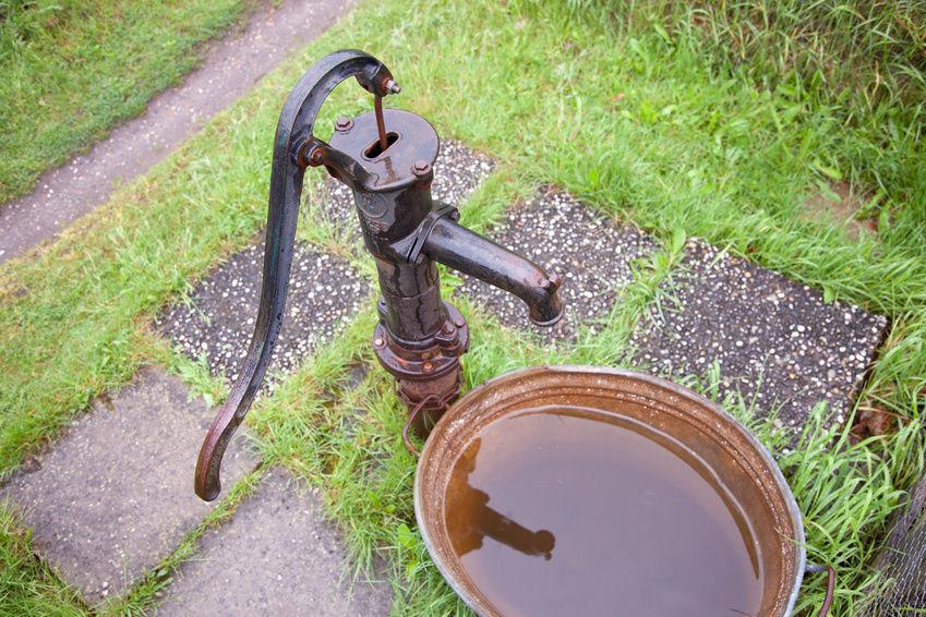 Ручная колонка для воды на даче